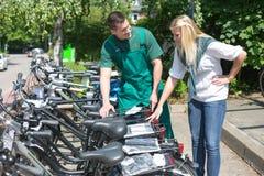 Cykla framlägga nya cyklar till kunden shoppar in arkivbilder