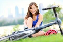 cykla gående lycklig vägkvinna för cykel Arkivbild