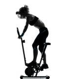 cykla genomkörare för konditionställingskvinna Royaltyfria Bilder