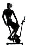 cykla genomkörare för konditionställingskvinna Royaltyfri Bild