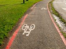 Cykla grändtecken på gator som malas i Brasilien Royaltyfri Bild