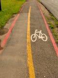 Cykla grändtecken på gator som malas i Brasilien Arkivbilder