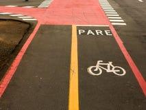 Cykla grändtecken på gator som malas i Brasilien Arkivfoto