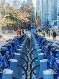 Cykla hyra på gatorna av den New York dagen Royaltyfri Foto