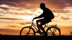 Cykla i aftonen Arkivfoto