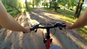 Cykla i träna på en grusväg lager videofilmer