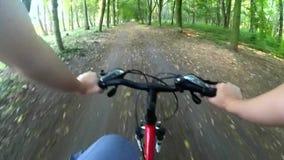 Cykla i träna på en grusväg stock video