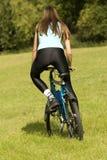 cykla kvinna royaltyfria foton