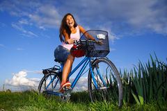 cykla kvinna Fotografering för Bildbyråer