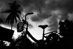 Cykla med aftonhimlen Arkivfoto
