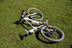 Cykla mountainbiket ligger på det gröna gräset Royaltyfria Foton