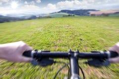 cykla ner bergtrail Arkivbilder