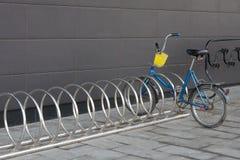 Cykla och att stå bara på parkeringsplatsen på köpcentret Royaltyfri Foto