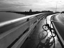 Cykla och skugga på bron i morgonen arkivfoton