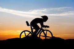 Cykla på berget Royaltyfria Bilder