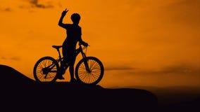 Cykla på berget på skymningtid Royaltyfri Fotografi