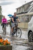 Cykla på en översvämmad väg Royaltyfria Foton