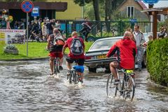Cykla på en översvämmad väg Royaltyfri Foto