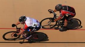 Cykla på ett packat ihop ovalt spår Royaltyfri Fotografi