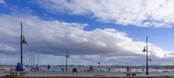 Cykla på hamnhamnen Arkivbilder