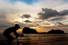 Cykla på stranden royaltyfri fotografi