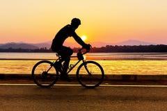 Cykla på stranden på skymning Royaltyfria Bilder