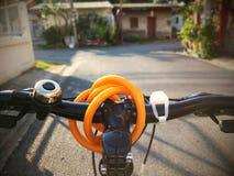 Cykla på tvärgatan Arkivfoto
