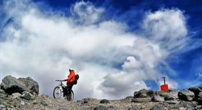 Cykla på Ojos Del Salado Royaltyfri Fotografi