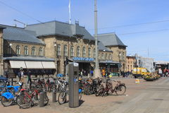 Cykla parkering och centralstationen av Göteborg, Sverige Royaltyfri Fotografi