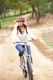 cykla parkridningkvinnan arkivbild