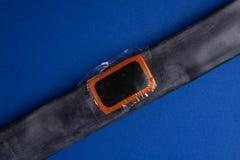 Cykla reparationssatsen, hjulkamera på träbakgrund Lapp på kameran av cykeln fotografering för bildbyråer