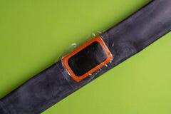 Cykla reparationssatsen, hjulkamera på träbakgrund Lapp på kameran av cykeln arkivbilder