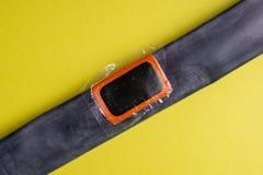 Cykla reparationssatsen, hjulkamera på träbakgrund Lapp på kameran av cykeln arkivfoton