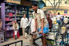 Cykla rickshawen på den upptagna gatan Arkivfoton