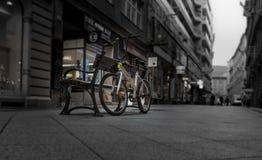 Cykla tar ett avbrott på gatabänken arkivfoton