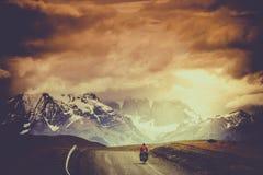 Cykla till det Shandur passerandet royaltyfri foto