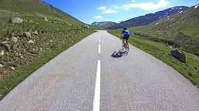 Cykla till toppmötet. Franska fjällängar. Fotografering för Bildbyråer