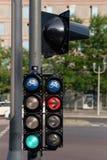 Cykla trafikljus som är röda och som är gröna i staden Royaltyfria Foton
