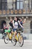 Cykla turister på den Amsterdam fördämningen kvadrerar Arkivfoton