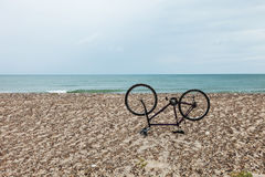 Cykla uppochnervänt på stranden, ingen inom Arkivbild