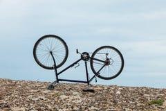 Cykla uppochnervänt på stranden, ingen inom Royaltyfria Bilder