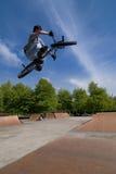 cykla överkanten för bmxjippotabellen Fotografering för Bildbyråer