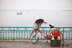 Cykla vid laken från vietnamesisk kaffesäljare i Vietnam arkivbild