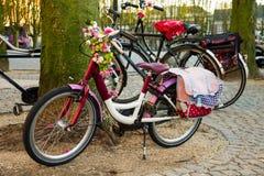 Cyklar är i den holländska staden parkerar Royaltyfria Bilder