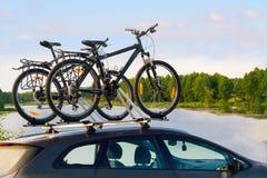 Cyklar överst av en bil royaltyfri fotografi
