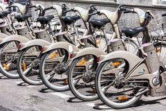 Cyklar av servicen för Velib cykelhyra france paris arkivfoton