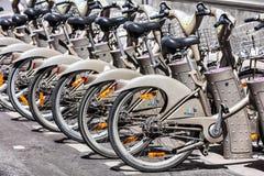 Cyklar av servicen för Velib cykelhyra france paris royaltyfria bilder