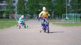cyklar barn stock video