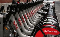 cyklar bixi arkivfoton