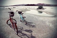 2 cyklar bredvid en sjö Royaltyfri Foto